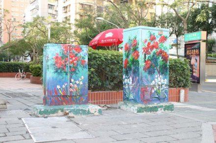 Details der Stadtverschönerung sind die Kästen am Straßenrand, die mit Malereien verziert sind...