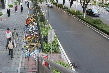 Überall in den Straßen findet man Fahrräder zum Ausleihen.