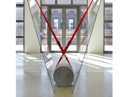"Jose Dávila, ""Joint effort"", 2017, Marmorzylinder, Floatglas und Spanngurte, 120 x 270 x 200 cm. Foto: Agustín Arcea"