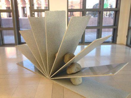 """Jose Dávila, """"Pendulum"""", 2017, weißer sardischer Granit und Flussteine. Foto: Peter Becker"""