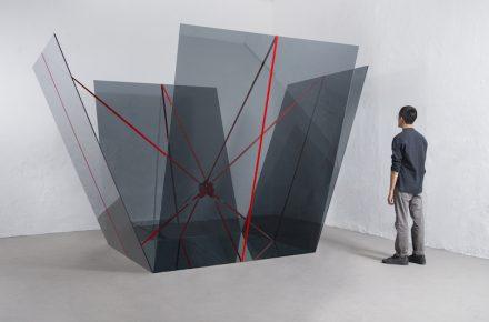 "Jose Dávila, ""A cube symbolically has no middle point"", 2017, Floatglas (grau), Spiegel und Spanngurte, 157 x 192 x 211 cm. Foto: Agustín Arce"
