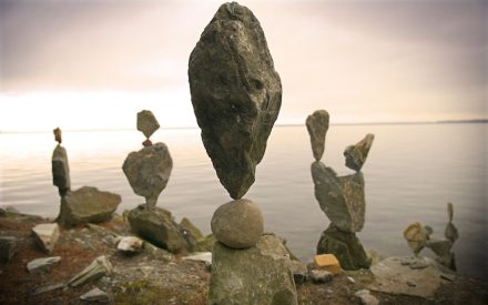 Stone stacking comprises a wide range of activities from simple piles to sophisticated sculptures. The photo shows a work of the US-artist Shane Hart.