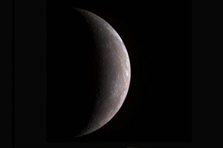 Das Bild von Merkur wurde mithilfe von Filtern bestimmter Wellenlängen erstellt. Es zeigt den Planeten ungefähr so, wie ihn das menschliche Auge aus der Nähe sehen würde. Quelle: NASA/Johns Hopkins University APL/Carnegie Institute of Washington