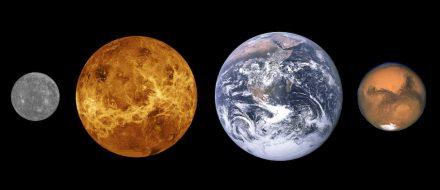 Die Gesteinsplaneten unseres Sonnensystems in ihrer Reihenfolge von der Sonne aus und im Größenverhältnis: (v.l.n.r.) Merkur, Venus, Erde und Mars. Quelle: Wikimedia Commons
