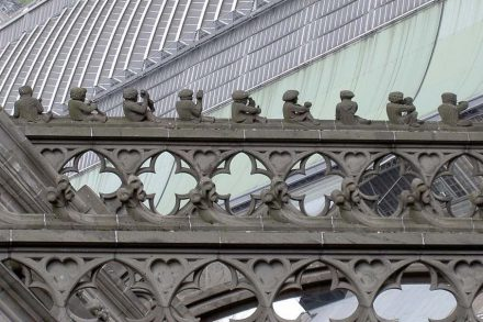 Handwerkerfiguren auf einem Strebebogen des Kölner Doms. Foto: Mkil / Wikimedia Commons