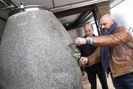 Anforum: Weinfass aus Granit.