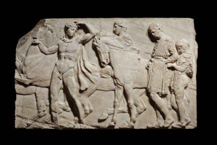 Jugendliche, die sich auf einen Reiterumzug vorbereiten, vom nördlichen Fries des Parthenon, etwa 438–432 v. Chr., Marmor. © The Trustees of the British Museum
