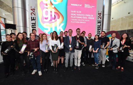 Die Studenten, deren Produktideen auf der Messe ausgestellt wurden. In der Mitte Gökhan Karakuş, Designer und Mitglied der Jury.