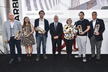 Die Vertreter der Firmen, die bei dem Projekt mitgemacht hatten. In der Mitte der Bürgermeister von Izmir, Aziz Kocaoğlu.