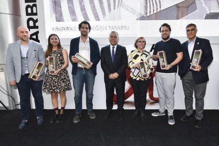 Representatives of the participating companies, center: Izmir mayor Aziz Kocaoğlu. Photo: Izfas