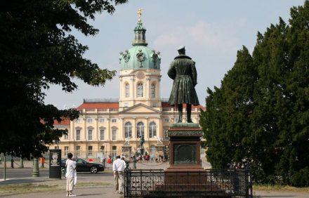 Das Charlottenburger Schloss, im Vordergrund die Figur des Prinzen Albrecht von Preußen (1809-1872), dahinter 2 Fechter (weiß getünchter Zinkguss nach Marmororiginalen im Louvre), ganz hinten das Reiterstandbild des Großen Kurfürsten.