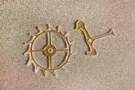 Künstlerische Darstellung eines Hemmungsrads (links) aus Kunstdiamant mit einem Durchmesser von 3 Millimetern. Rechts der Anker, der immer wieder in das Rad eingreift und es blockiert. Quelle: EPFL