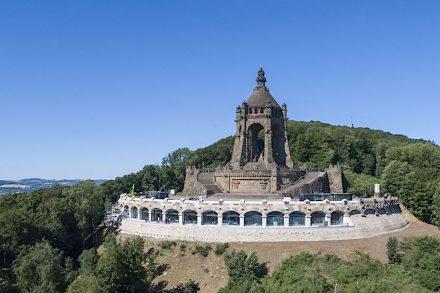 Luftbild des Kaiser-Wilhelm-Denkmals mit der wiederhergestellten Ringmauer. Foto: LWL/Hübbe
