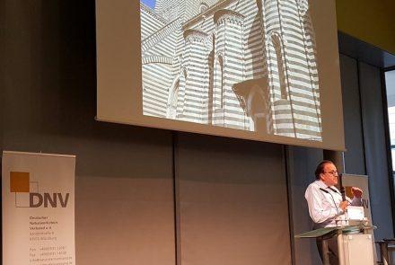 Professor Christoph Mäckler bei seinem Vortrag auf der Stone+tec 2018. Foto: Stone+tec