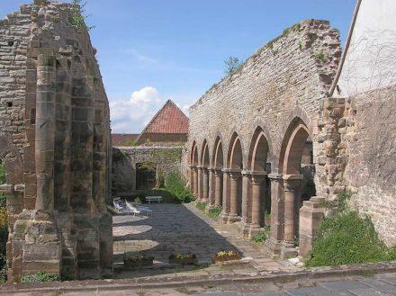 Kloster und Kaiserpfalz Memleben müssen für kurze Zeit den Glanz der großen Geschichte abbekommen haben. Foto: Jörg Blobelt / Wikimedia Commons