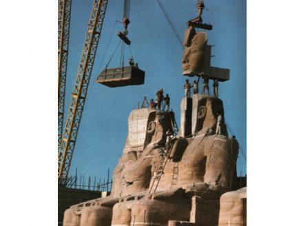 Eine der Statuen von Ramses II. bekommt am neuen Standort ihr Gesicht zurück. Foto: Per-Olow Anderson / Wikimedia Commons