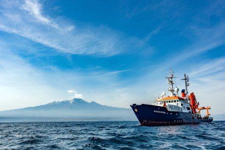 Das Forschungsschiff Poseidon vor dem Ätna. Foto: Felix Gross (CC BY 4.0)