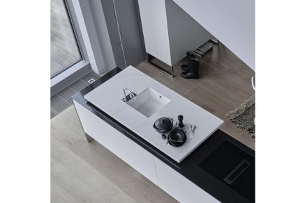 """AMK: """"Die Planung dieser neuen, modular konzipierten Designküche setzt auf faszinierende Kontraste in Black and White. Der eleganten weißen Arbeitsfläche mit ihrer hochwertigen Optik machen weder Hitze noch scharfe Gegenstände etwas aus."""""""