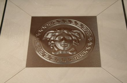 "Tile with 3D-Effekt by <a href=""http://www.versacecd.com/""target=""_blank"">Versace Ceramics</a>."