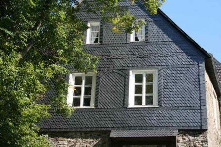 Schieferfassade am Eingangsgebäude von Schloss Hohenlimburg unweit von Hagen.