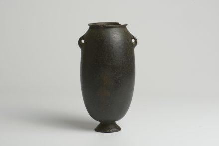 Eiförmiges Gefäß mit Standfuß. Basalt. Negade I (ca. 4000-3500 v. Chr.). H. 18 cm; B. 11,4 cm.