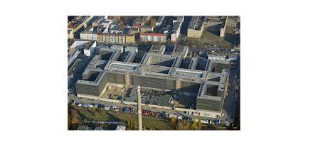 """Die neue BND-Zentrale in Berlin, oben die Chausseestraße mit den beiden Empfangsgebäuden. Foto: Euroluftbild Grahn / <a href=""""https://commons.wikimedia.org/""""target=""""_blank"""">Wikimedia Commons</a>"""