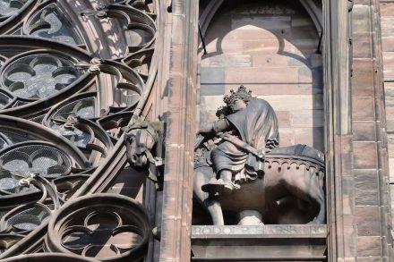 """Detail aus der Fassade des Straßburger Münsters: Reiterstatue von Rudolf von Habsburg. Foto: Priscille Leroy / <a href=""""https://commons.wikimedia.org/""""target=""""_blank"""">Wikimedia Commons</a>"""