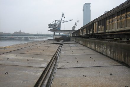Blick auf die Dreirosenbrücke: Das Ufer im Jahr 2006...
