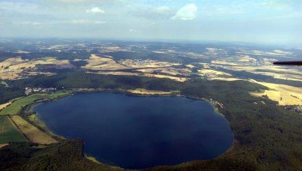 "Der Laacher See, Krater eines Vulkanausbruch vor knapp 13.000 Jahren. Foto: Df1paw / <a href=""https://commons.wikimedia.org/""target=""_blank"">Wikimedia Commons</a>"