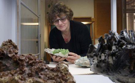 Die Kustodin der Mineralogischen Sammlung der Universität Jena, Dr. Birgit Kreher-Hartmann, mit einem Pyromorphit (Grünbleierz) aus Slowenien.