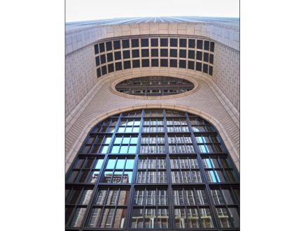 "Entrance to the AT&T-Tower. Photo: MBisanz / <a href=""https://commons.wikimedia.org/""target=""_blank"">Wikimedia Commons</a>"