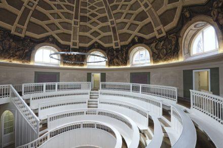 """Eine Attraktion auf dem Campus Mitte der Charité ist das Tieranatomische Theater von Carl Gotthard Langhans, erbaut 1789/90. Das Foto zeigt den Zustand nach der Wiederherstellung 2012. Foto: Matthias Heyde, HU Berlin / <a href=""""https://commons.wikimedia.org/""""target=""""_blank"""">Wikimedia Commons</a>"""