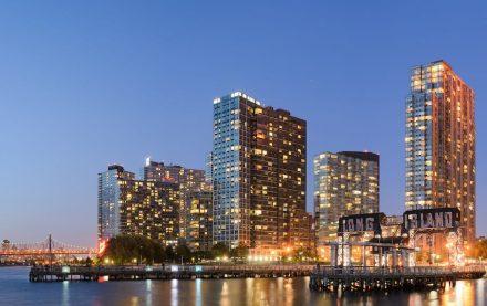"""New York City ist berühmt für seine Hochhäuser mit Glasfassaden. Hier die Skyline von Long Island City, Queens. Foto: King of Hearts / <a href=""""https://commons.wikimedia.org/""""target=""""_blank"""">Wikimedia Commons</a>"""