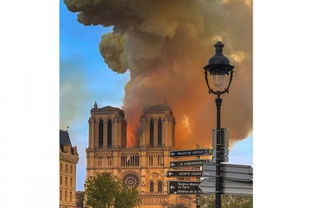 "Notre-Damen in Paris in Flammen, am Abend des 15. April 2019. Foto: Milliped / <a href=""https://commons.wikimedia.org/""target=""_blank"">Wikimedia Commons</a>"