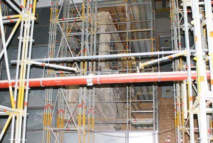 Der Pergamonaltar ist während der Baumaßnahmen eingerüstet und wurde nur für den Presserundgang offengelegt. Foto: Peter Becker