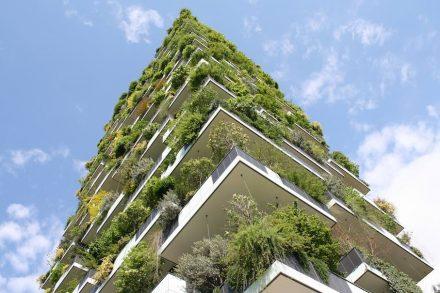 """Das Hochhaus """"Bosco Verticale"""" (Senkrechter Wald) des Architekten Stefano Boeri in Mailand unweit des Bahnhof Porta Garibaldi. Naturstein kam hier nicht zum Einsatz."""