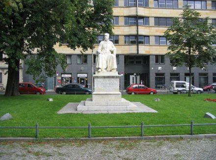 """Das Denkmal für Robert Koch unweit der Charité. Foto: AlterVista / <a href=""""https://commons.wikimedia.org/""""target=""""_blank"""">Wikimedia Commons</a>"""