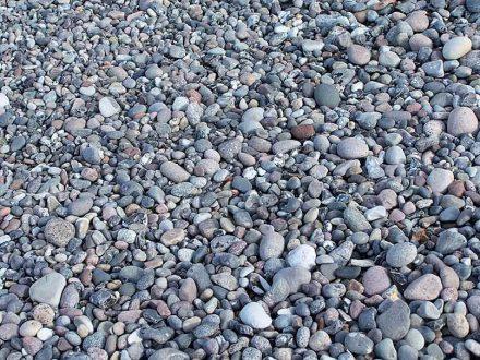 Ablagerungen von Geröll, wie hier von Feuerstein an der Ostseeküste, sind wie ein Buch - für den, der darin lesen kann.