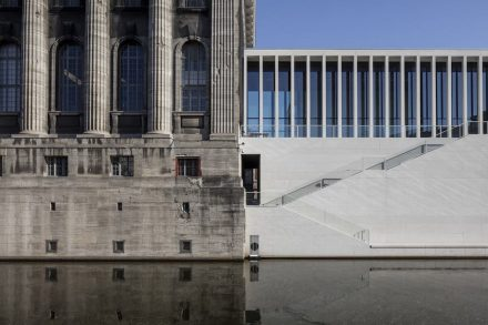 Pergamonmuseum (left), James-Simon-Galerie (right). Photo: Ute Zscharnt for David Chipperfield Architects