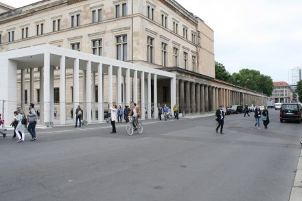 Die Säulenkolonnade vor der Alten Nationalgalerie  wurde mit den Pfeilern aus Marmor-Beton verlängert. Foto: Peter Becker