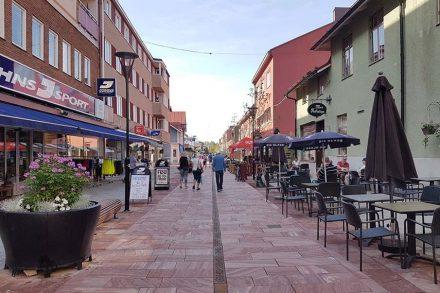 Die Fußgängerzone Kyrkogatan im Städtchen Mora in Schweden.