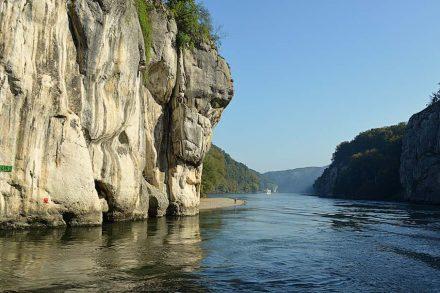 """Ein berühmtes Geotop hierzulande ist die Weltenburger Enge im Donautal unweit von Kehlheim. Foto: Apollo481 / <a href=""""https://commons.wikimedia.org/""""target=""""_blank"""">Wikimedia Commons</a>"""