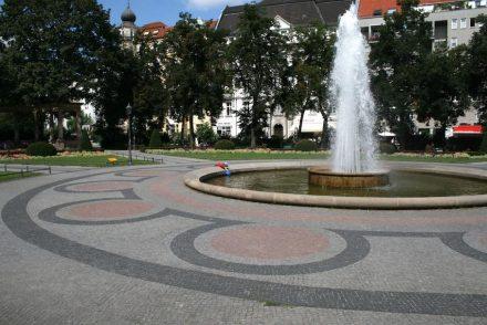 Am Victoria-Luise-Platz in Berlin-Schöneberg wurde die ehemalige Blumenrabatte um den Brunnen als Pflaster nachgestellt. Die Bürger von heute würden auf ihrem Weg zum Wasser die Pflanzen nicht mehr respektieren, so die Planer.