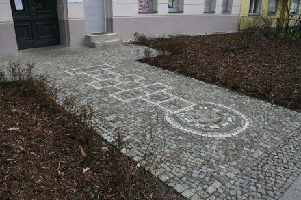 Hüpfspiel vor einem Hauseingang in Kreuzberg.