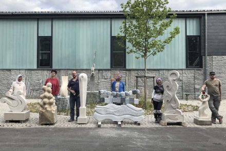 """Die Teilnehmer des 26. Bildhauersymposiums """"Kunst in Stein"""" am Steinzentrum in Wunsiedel 2019. Fotos: EFBZ"""