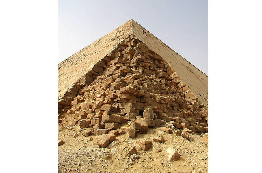 "Corner of the Bent Pyramid. Photo: Jon Bodsworth / <a href=""https://commons.wikimedia.org/""target=""_blank"">Wikimedia Commons</a>"