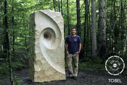 Tobel schuf eine seiner monumentalen Spiralen, die sich in den Steinblock hinein- beziehungsweise herausdrehen.
