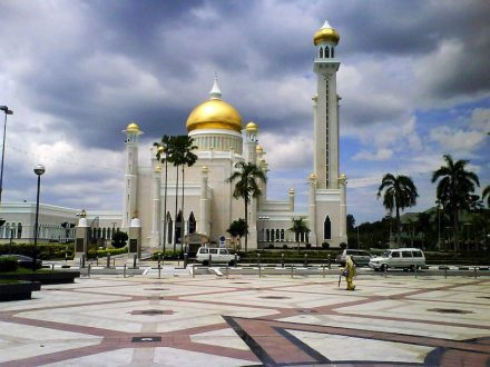 "Die Sultan Omar Ali Saifuddien Moschee in Badar Seri Begawan. Foto: Kurun / <a href=""https://commons.wikimedia.org/""target=""_blank"">Wikimedia Commons</a>"