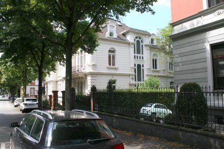 Seitenansicht der Villenhälfte, mit dem markant gestalteten Treppenhaus.