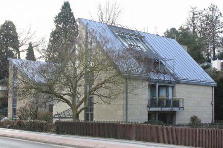 Aachen, Südviertel, Brüsseler Ring: Büro- und Wohngebäudekomplex mit Fassadenverkleidung aus Weiberner Tuffstein, gebaut um 2000.